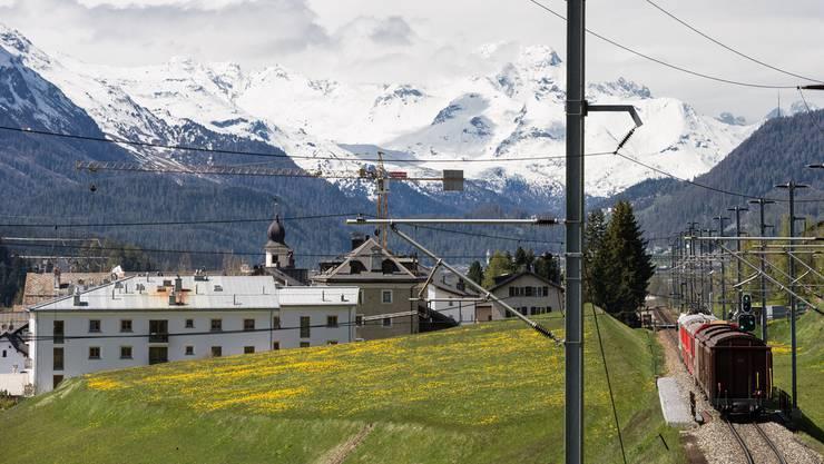 Die Bündner Bergdörfer punkten mit ihrem schönen Panorama und den schneebedeckten Bergen.