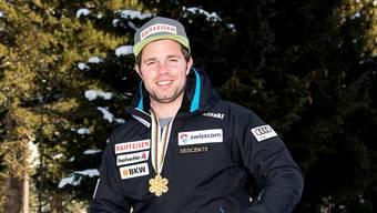 Beat Feuz posiert am Tag nach dem Abfahrtstitel mit der Goldmedaille in St. Moritz.