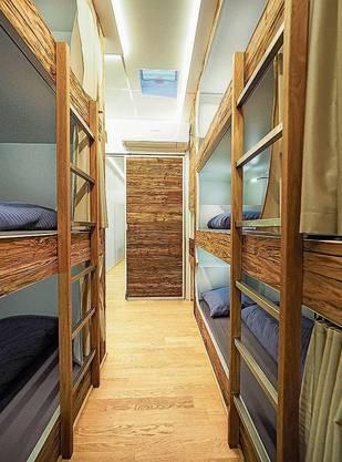 Der Sleeptrailer von aussen: Ein normaler Lastwagenaufleger. Doch er bietet stilvolle, sichere Schlafplätze.