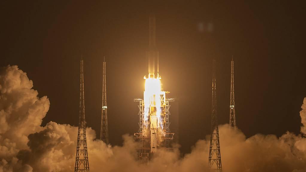ARCHIV - Eine Rakete vom Typ «Langer Marsch 5» startet auf der Startrampe des Wenchang Space Launch Center. Foto: Mark Schiefelbein/AP/dpa