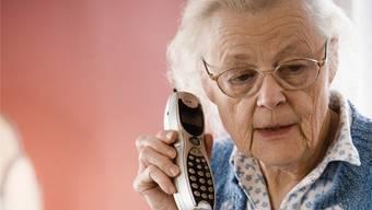 Die Betrüger geben sich per Telefon als Verwandte oder Freunde in Not aus und verlangen nach Geld. (Symbolbild)
