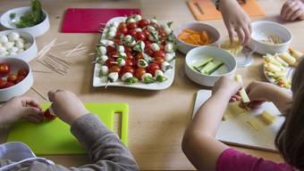 Die Gmeind stimmt über ein Pilotprojekt zu einem Mittagstisch mit Nachmittagsbetreuung ab. (Symbolbild)
