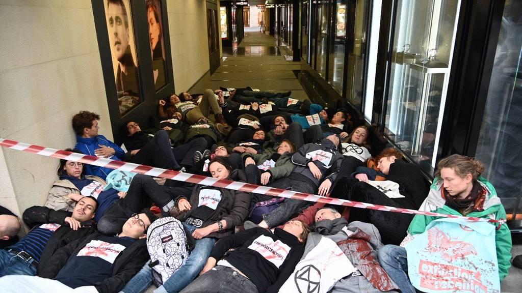 Aktivistenvon Extinction Rebellion protestieren gegen Rohstoffhändler