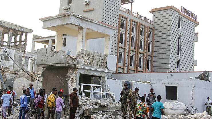 Sicherheitskräfte inspizieren am Folgetag das zerstörtes Hotel. Bei einem großangelegten Terrorangriff auf ein Hotel in der somalischen Hauptstadt Mogadischu sind mehrere Menschen getötet worden. Foto: Farah Abdi Warsameh/AP/dpa