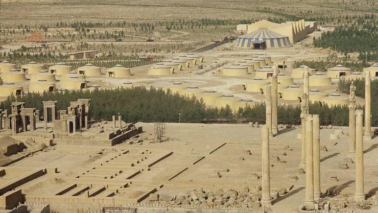 Der Iran. Vom Vorzeigeland zum Sorgenkind – eine Zeitreise durch die Geschichte: Einst, vor etwa 2500 Jahren, als man in Europa noch in Sümpfen lebte und die Menschen alle Bauern waren, gab es eine hochentwickelte Supermacht: das persische Grossreich.