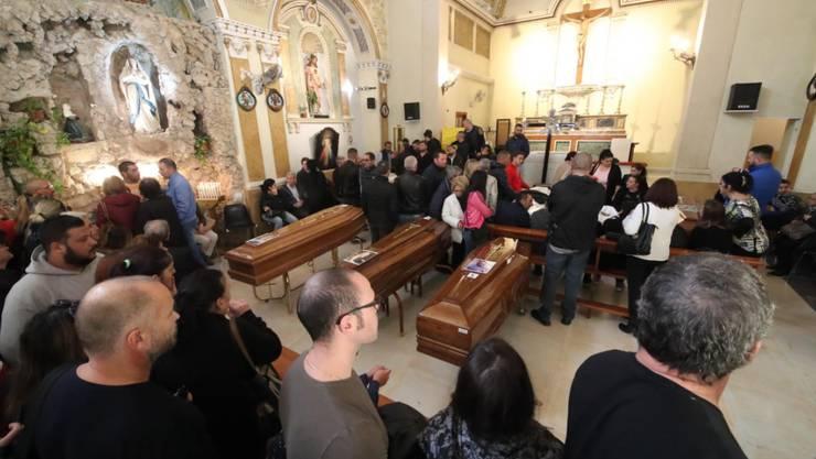 Grosse Trauer an der Abdankungsfeier für die Todesopfer des Unwetters in Casteldaccia bei Palermo.