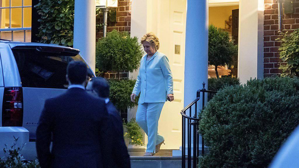 Hillary Clinton verlässt ihr Haus in Washington, nachdem sie dort zu einem Dinner geladen hatte. Unter anderem Spenden-Anlässe brachten im August 143 Dollar für ihren Wahlkampf ein. (Archivbild)