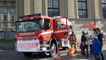 In Bern legte sich auch die Feuerwehr für seltene Erbkrankheiten ins Zeug und sammelte für Telethon.