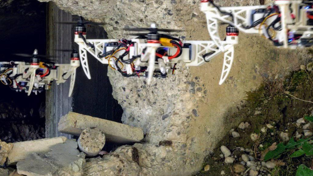 Wo es eng wird, klappt sich die Drohne aus der X- in eine H-Form zusammen.
