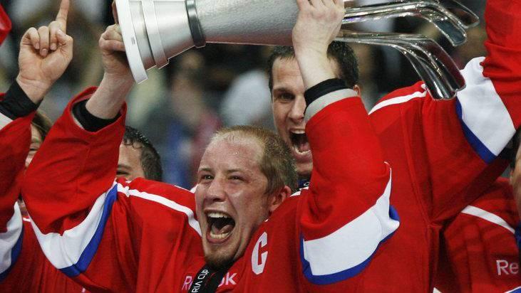 Mathias Seger gewinnt als ZSC Lions Captain den die Victoria Cup Trophäe nach einem 2-1 gegen das NHL-Team Chicago Blackhawks