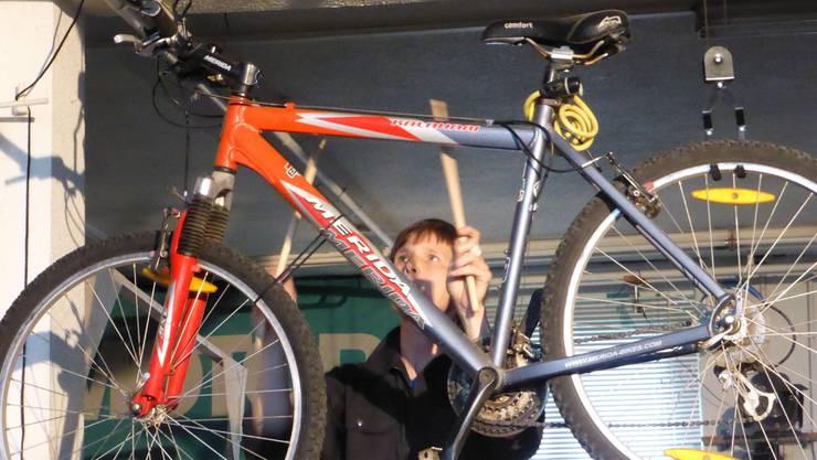 Edith Habraken trommelt auch auf dem Fahrrad.
