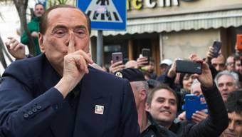 """""""Die Italiener sind durchgeknallt"""": Silvio Berlusconi, hier im Januar mit Anhängern in Calgari, versteht sein Land nicht mehr."""