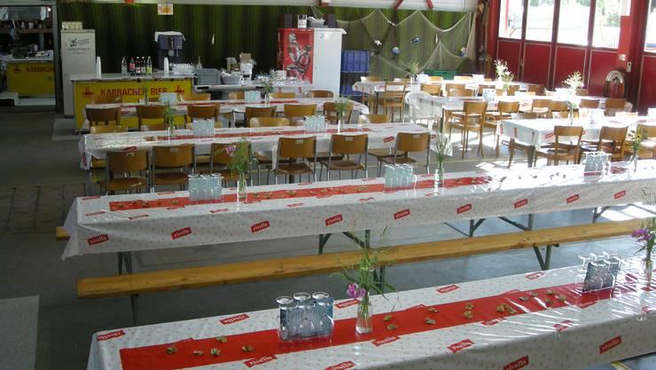 Die Tische sind gedeckt: Blick in die Fischbeiz des Musikvereins Gretzenbach. Foto: Kurt Schenker.