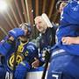 Die enttäuschten Davoser Andres Ambühl (links), Interimscoach Michel Riesen und Dino Wieser nach der Heimniederlage gegen Servette