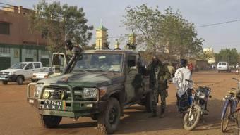 Soldaten patrouillieren in der malischen Stadt Sévaré. Dort stürmten muslimische Fanatiker ein Hotel. Es soll acht Tote gegeben haben.
