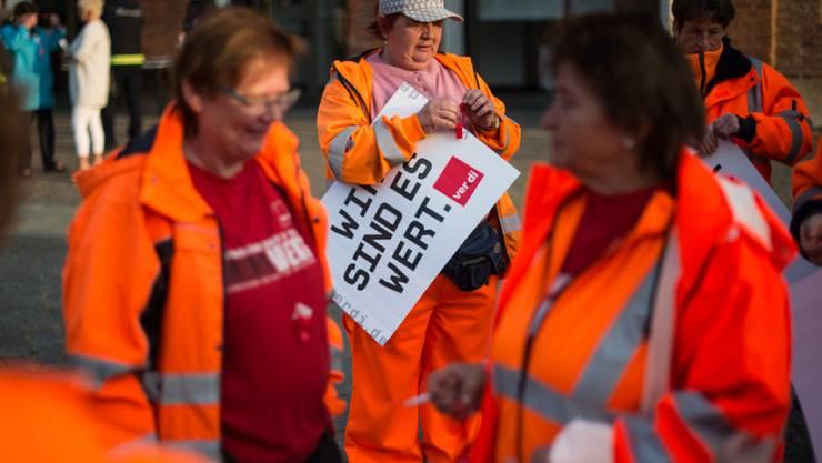 Beschäftigte der Stadt Frankfurt (Oder) nehmen an einem Warnstreik vor dem Rathaus teil. Sie beteiligten sich an den bundesweiten Warnstreiks im öffentlichen Dienst.