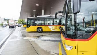Ein wichtiger Anbieter: Vor allem im Laufental (im Bild am Bahnhof Laufen) sowie im Oberbaselbiet sind die gelben Postauto-Busse omnipräsent.