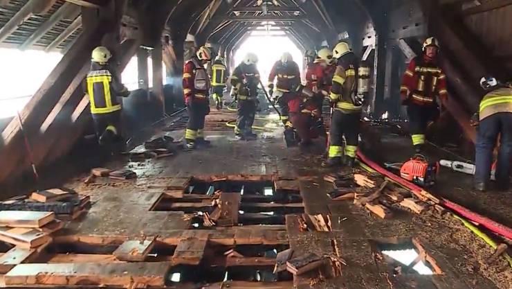 Kampf gegen Glutnester: Die Feuerwehr in der alten Oltner Holzbrücke.
