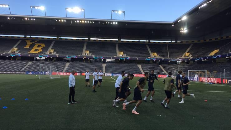Beim Abschlusstraining auf dem ungewohnten Berner Kunstrasen beobachtet José Mourinho seine Spieler mit Argusaugen.