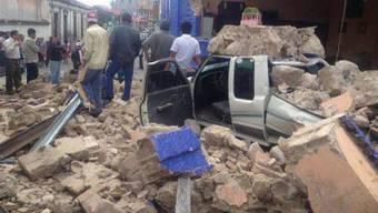 Einwohner von San Marcos sehen sich den vom Erdebeben verursachten Schaden an