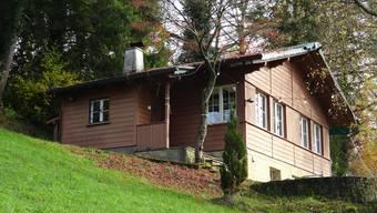 Nachdem ein morscher Baum auf das Chalet gefallen ist, muss das Dach für 25000 Franken saniert werden.