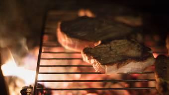 Die Schweizer Detailhändler verkauften 2017 weniger Fleisch als im Jahr davor. Vor allem weniger Edelstücke wie Kalbsfilets kamen auf den Grill. (Symbolbild)