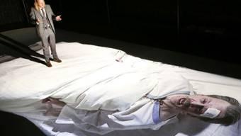 """Szene aus Tom Kühnels Inszenierung von Robert Menasses preisgekröntem Brüssel-Roman """"Die Hauptstadt"""", mit der das Theater Neumarkt an die Autorentheatertage Berlin eingeladen ist. (zVg)"""