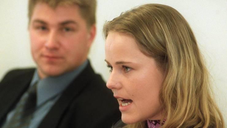 """Natalie Rickli tritt 1996 der Jungen SVP Winterthur bei. Von 2000 bis 2003 ist sie deren Präsidentin. An der Seite von Toni Brunner weibelt sie 2001 gegen die Initiative """"Ja zu Europa"""", die Beitrittsverhandlungen zur EU verlangt, und die das Volk später ablehnt."""