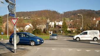 Kreisel geplant: Bei der Einmündung der Studacher- (vorne) und Brühlstrasse (hinten) in die Landstrasse. (Walter Schwager)