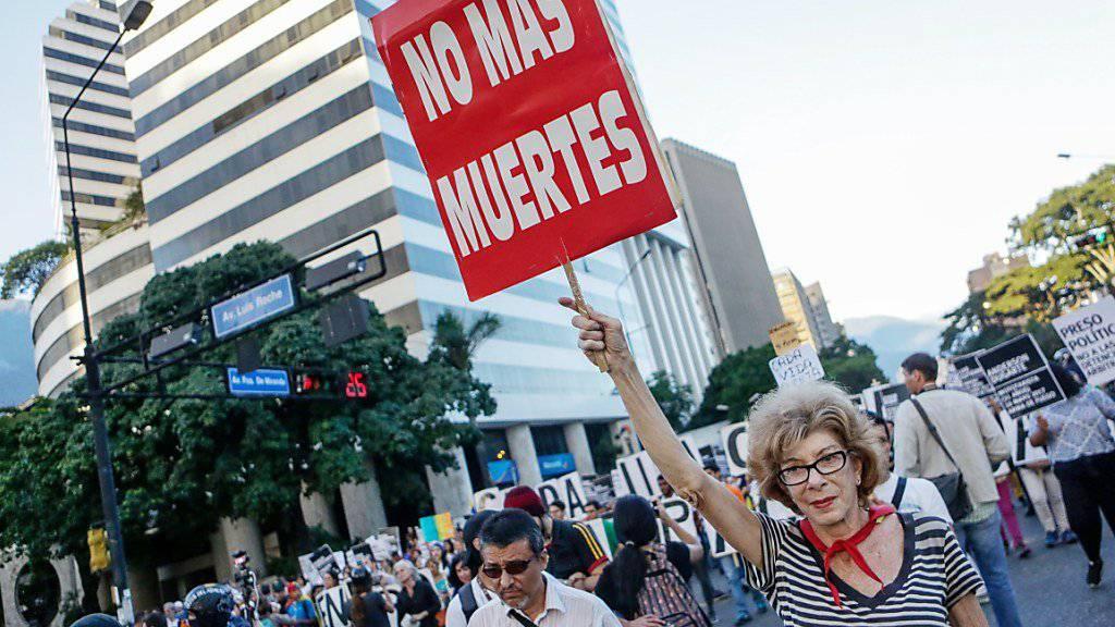 Seit Monaten demonstrieren Regierungsgegner auf der Strasse, viele wurden verhaftet, einige bei Zusammenstössen mit den Sicherheitsbehörden gar getötet. Nun erhielt die venezolanische Opposition den renommierten Sacharow-Preis. (Archiv)