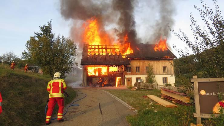 Ein Bauernhaus geriet am Samstagnachmittag in Vollbrand. Verletzt wurde niemand, das Wohnhaus wurde komplett zerstört.