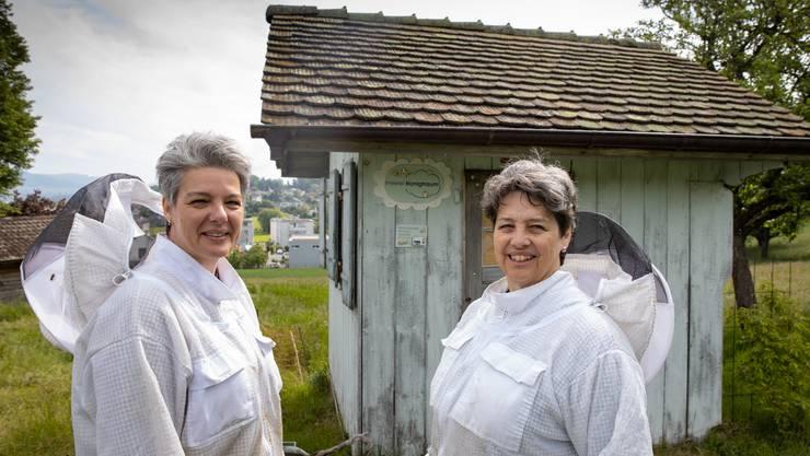 Die Imkerinnen Beatrice Emmenegger und Liselotte Züllig bei ihrem Bienenhaus