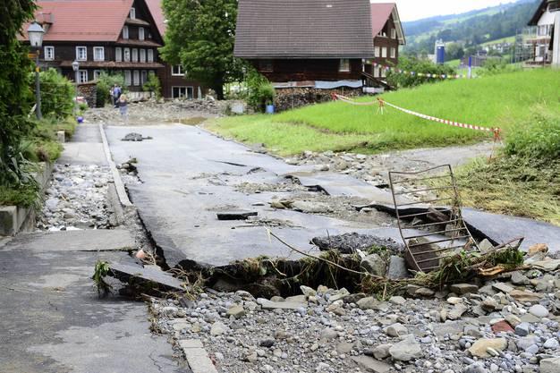 In Dierikon überflutete der Dorfbach nach heftigen Regenfällen am Sonntagabend Garagen und riss ganze Strassenabschnitte weg