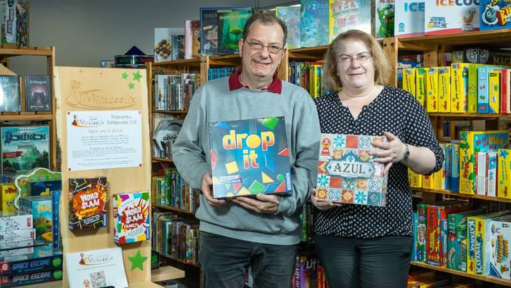 Das Spielwarengeschäft Miracoolix feiert sein 20-Jahre-Jubiläum. Die Inhaber Monica Weiss und Markus Hardorn in ihrem Geschäft an der Mellingerstrasse 22 in Baden.