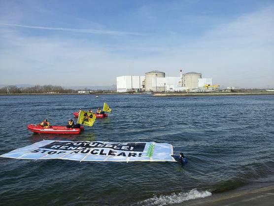 «stop nuclear!» steht auf einem weiteren Plakat.