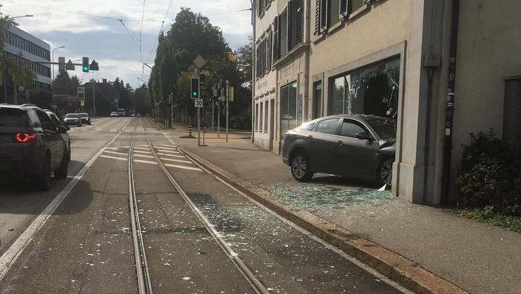 Das Auto prallte gegen 14.15 Uhr in den Coiffeursalon an der Baselstrasse.