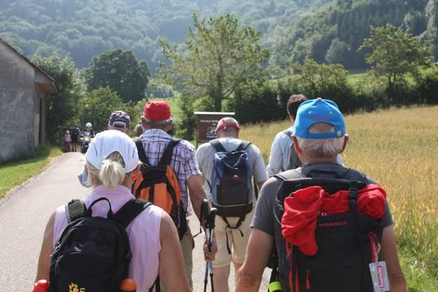 Der Baselbieter Ständerat Claude Janiak führt die Wanderer in Richtung Bad Ramsach