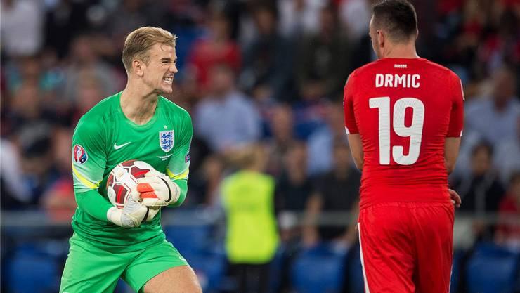 Den Ball fest im Griff. Englands Torhüter Joe Hart hat für den Schweizer Sturm und Josip Drmic nur ein Lächeln übrig.
