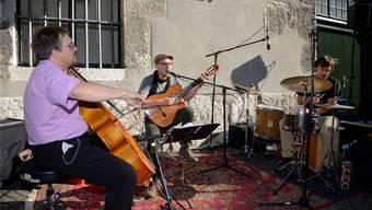 Zu «Manifique» gehören Michael Wilhelm (Cello), Simon Achermann (Gesang und Gitarre) und Lukas von Büren (Percussion und Geräusche).