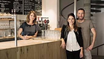 Diana Irawan (l.), Brenda Ledergerber und Semih Mut eröffnen gemeinsam am Dienstag das Restaurant «Little Sem» an der Aarauer Rathausgasse. Es hat innen und aussen je 50 Sitzplätze.