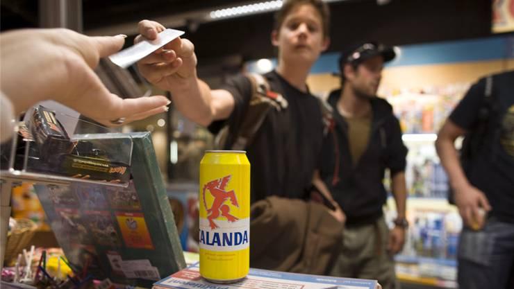 Viele Verkaufsstellen verlangten den Ausweis, verkauften den Alkohol danach aber trotzdem. (Symbolbild)