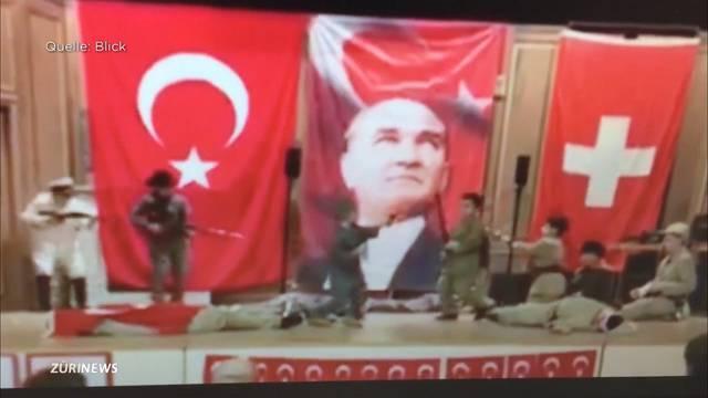 Türkische Primarschüler spielen Kriegsszene nach