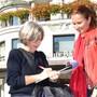Annelis Peter unterschreibt Yvette Estermanns Initiative für eine steuerfreie AHV.