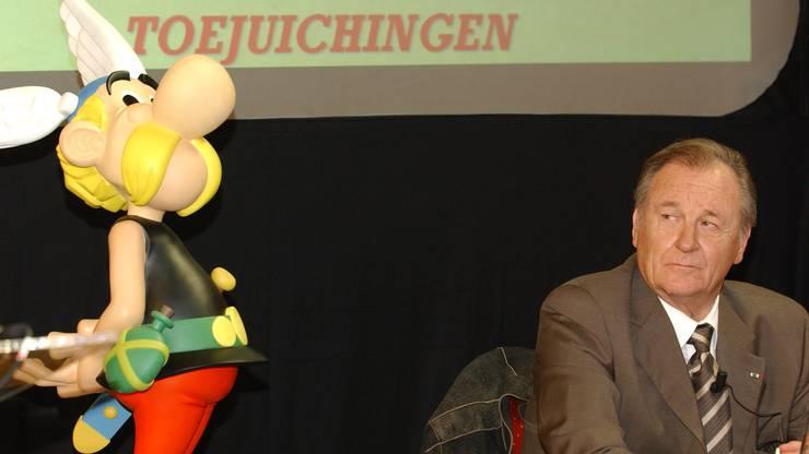 Uderzo mit «seinem» Asterix in der Solvay Library in Brüssel 2005.
