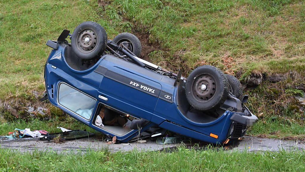 Nach dem missglückten Wendemanöver in Plons SG fuhr der Wagen eine Wiese hinunter, überschlug sich und kam auf dem Dach zum Stillstand. Die Lenkerin und der leicht verletzte Mitfahrer konnten das Wrack selbständig verlassen.