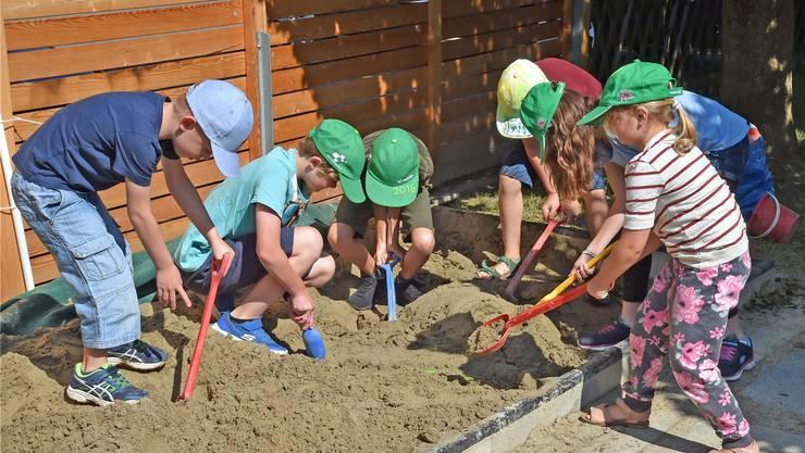 Die Kinder beim «freien Spiel» im Garten des Kilbighuus.