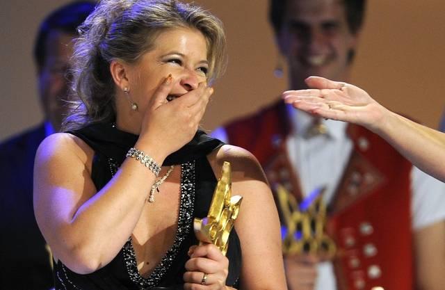 Die Berner Sängerin Monique nimmt den Prix Walo entgegen