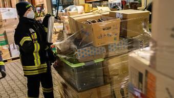 Nach einem Aufruf haben Feuerwehren aus ganz Baden-Württemberg Sachspenden für die von einem schweren Erdbeben getroffene Region rund um die Stadt Petrinja gesammelt und zur Verladung auf einen Hilfskonvoi nach Bad Krozingen gebracht. Foto: Philipp von Ditfurth/dpa
