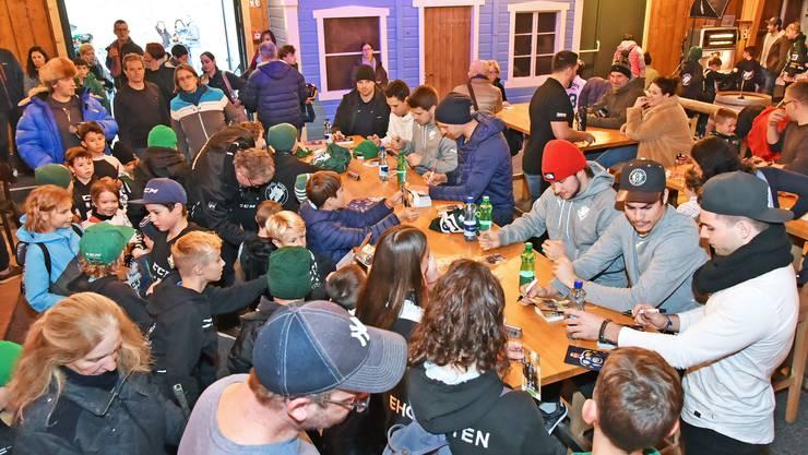 Die Eishockey-Stars nehmen sich Zeit für den Nachwuchs und unterschreiben fleissig die Autogrammkarten.
