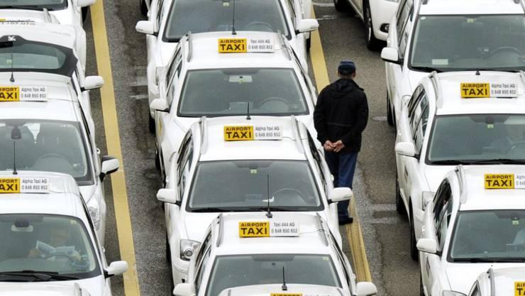 Selbstfahrende Taxis in den Städten würden laut einer neuen Studie die Umwelt schonen, aber die Taxifahrer am Flughafen Zürich-Kloten (Bild) würden arbeitslos.